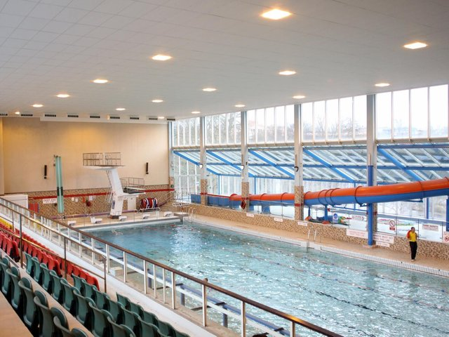 50 Years Of Chesterfield S Queen S Park Swimming Pool Derbyshire Times