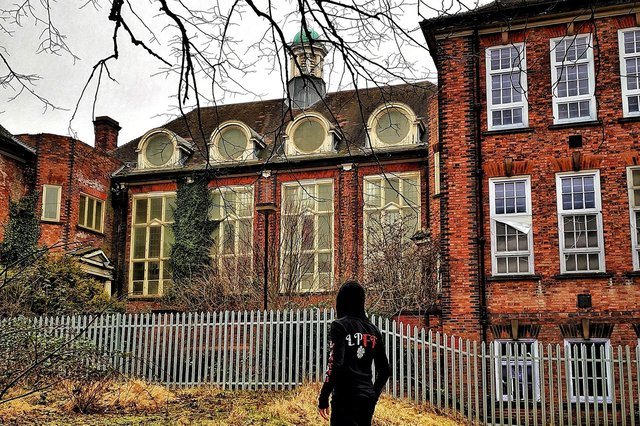 An urban explorer has shared pictures of what the inside of derelict Heanor Grammar School looks like.