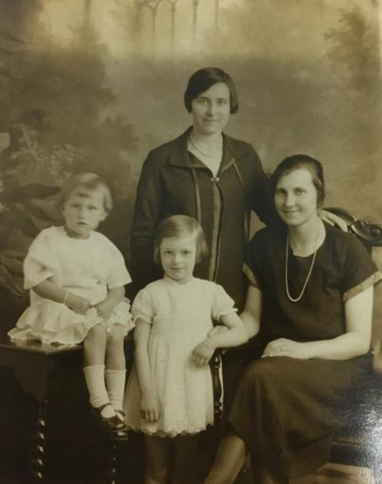 Christine Lilian Metcalf,  standing centre, aged six in 1926. Cousin Brenda is sitting on the table. Christine's mum, Lilian Holt, is standing and Aunty Poll is right.