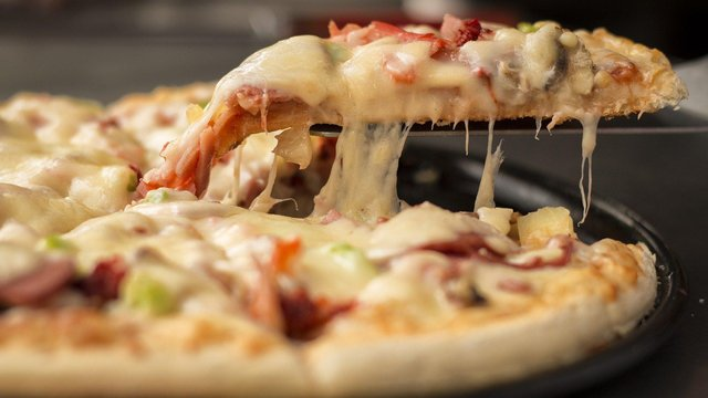 Pizza lovers in north Derbyshire can now collect their favourite takeaway meal without leaving their car.
